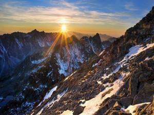 Postal: Radiante sol iluminando las montañas