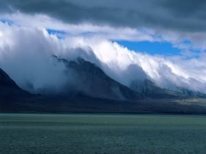 Postal: Nubes espesas sobre las montañas
