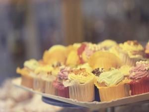 Postal: Deliciosos cupcakes en cápsulas de colores