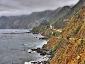 Carretera bordeando la costa
