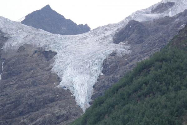 Glaciar en la ladera de una montaña