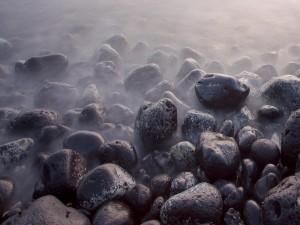 Postal: Bruma sobre unas piedras