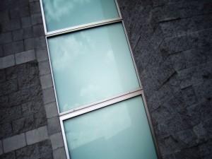 Postal: Ventanas opacas en un edificio