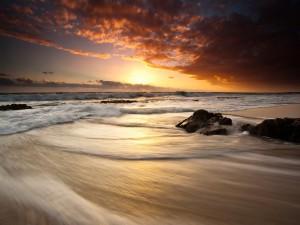 Luces del amanecer en una playa