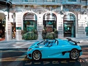 Auto deportivo Koenigsegg CCXR de un bonito color azul