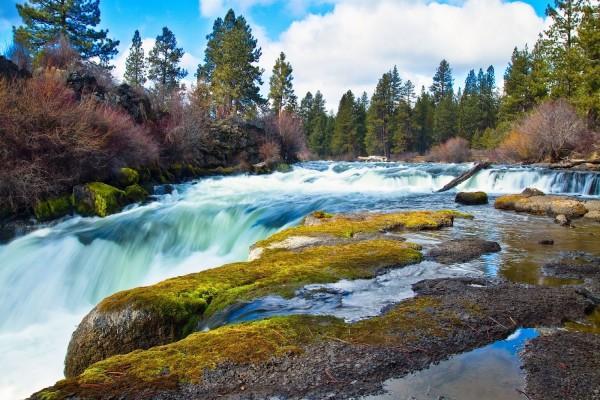 El río se convierte en una maravillosa cascada