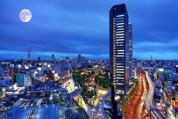 Edificios modernos en la noche de una gran ciudad