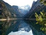 Montañas reflejadas en la quietud de un lago