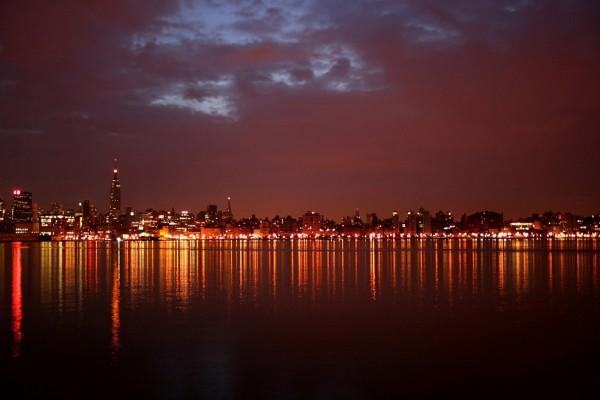 Noche nubosa en una ciudad