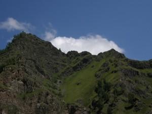 Nube tras una montaña