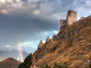 Arcoíris junto a un castillo en ruinas
