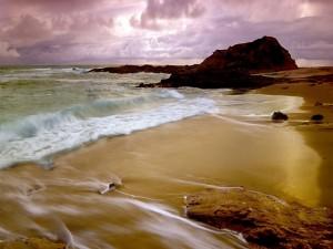 Postal: Cielo cubierto de nubes sobre una playa