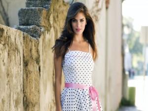Postal: Chica con un lindo vestido de lunares y lazo rosa