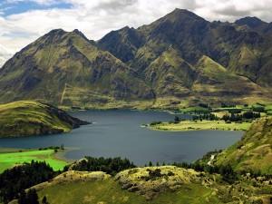 Postal: Lago rodeado por montañas verdes