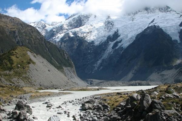 Río bajo las montañas