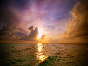 Postal: El sol brillando sobre el mar