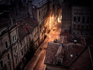Postal: Casas antiguas en la calle de una ciudad