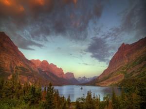 Postal: Lago entre montañas rocosas