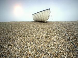 Postal: Barca sobre pequeñas piedras
