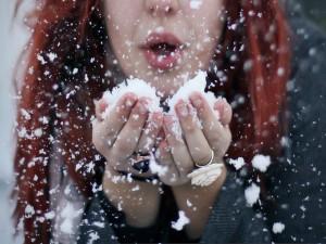 Mujer con nieve en sus manos
