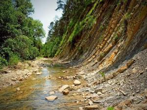 Postal: Río de montaña bajo un acantilado