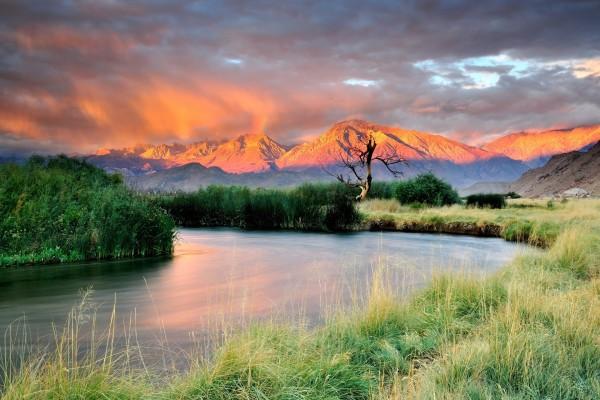 El curso de un  río en un entorno natural