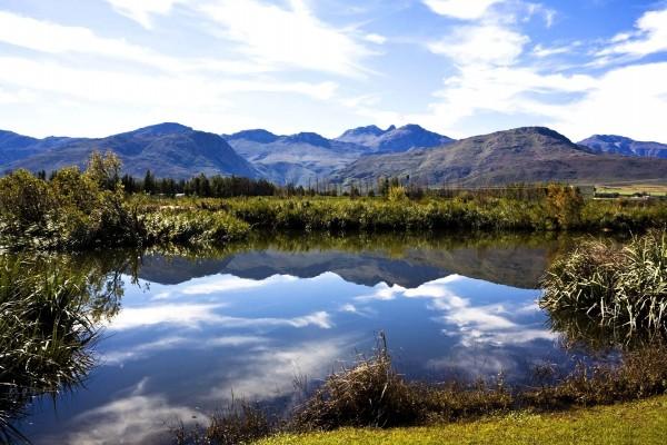 Montañas reflejadas en las aguas de un río