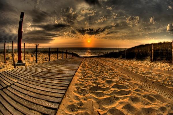 Contemplando el amanecer desde el camino de una playa