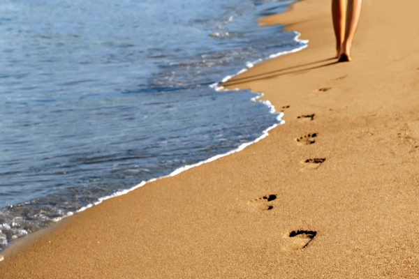 Caminando junto a la orilla del mar