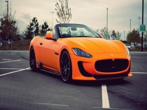 Postal: Maserati Sovrano Convertible de color naranja