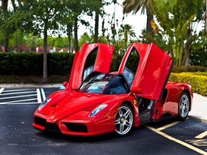 Ferrari con las puertas abiertas