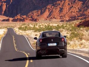 Postal: Ferrari 599 GTB Fiorano circulando por una carretera