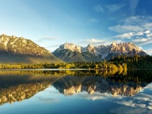 Montañas reflejadas en unas apacibles aguas