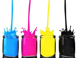 Botes con pinturas de colores