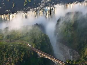Postal: Puente sobre unas increíbles e inmensas cataratas