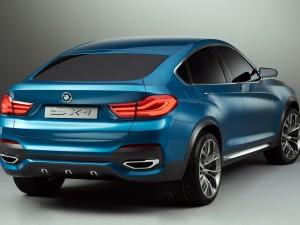 Postal: Vista posterior de un BMW X4 azul