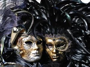 Mujeres tras unas máscaras de carnaval de Venecia
