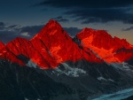 Puesta del sol rojiza sobre unas montañas