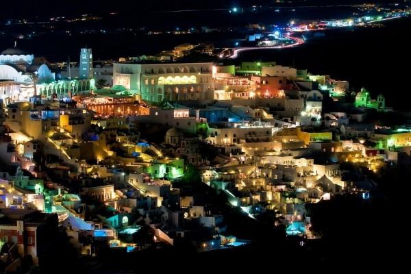 Vista nocturna de Santorini