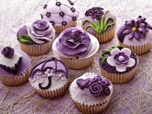Unos bonitos cupcakes decorados con flores de color lila y púrpura