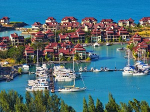 Casas y yates junto al mar