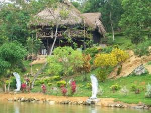 Estatuas en un jardín junto a la orilla de la laguna
