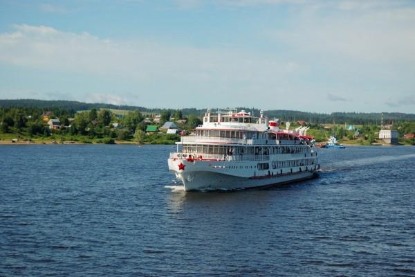 Crucero pasando por pueblos rurales