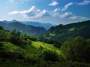 Casas en unas montañas de la cordillera cantábrica