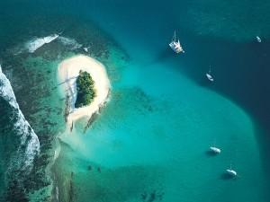 Barcos navegando junto a una pequeña isla