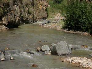 Piedras y rocas en el cauce de un río