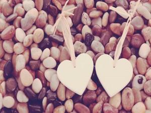 Dos corazones sobre guijarros