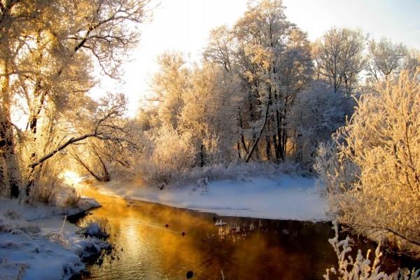 El sol calentando las frías aguas de un río