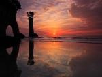 Hermosa puesta de sol reflejada en la orilla del mar