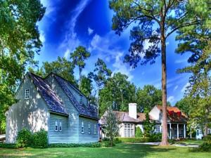 Cielo azul sobre las casas de un vecindario